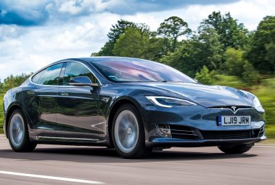 Η Tesla «ανακαλεί» σχεδόν 300 χιλ. μοντέλα